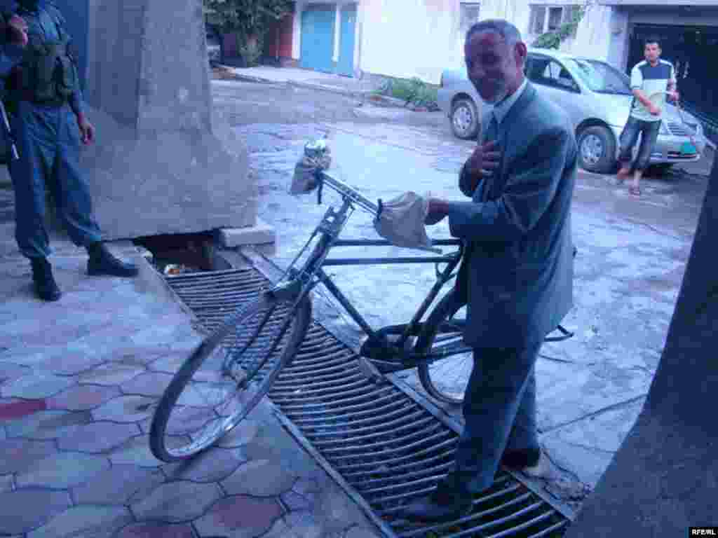 د ولسمشرۍ د څوکې کاندید سنګین محمد رحماني د ازادۍ راډیو په بلنه کابل کې ددې راډیو سټوډیو ته پر بایسکل ورغلی و