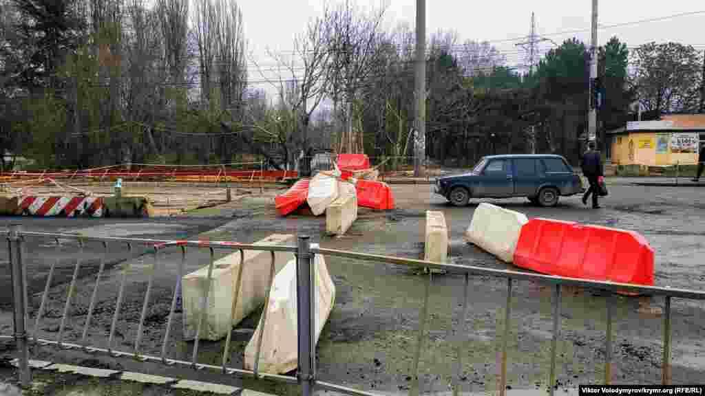 Завершить работы планировалось 15 декабря 2019 года. Однако подконтрольные Кремлю власти Симферополя сообщили о дополнительных трудностях при ремонте