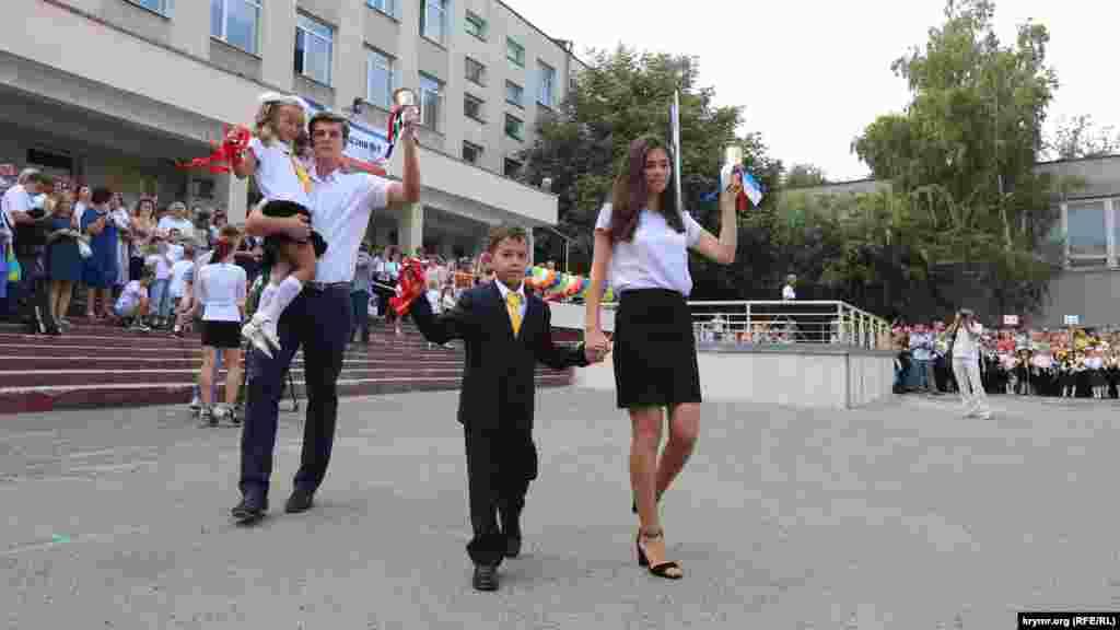 День знань у першій гімназії Сімферополя 1 вересня 2015 року