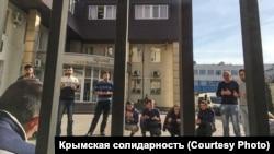 Кримчани, які приїхали підтримати фігурантів ялтинської «справи Хізб ут-Тахрір» біля входу в суд, Ростов-на-Дону, Росія, 8 листопада 2019 року