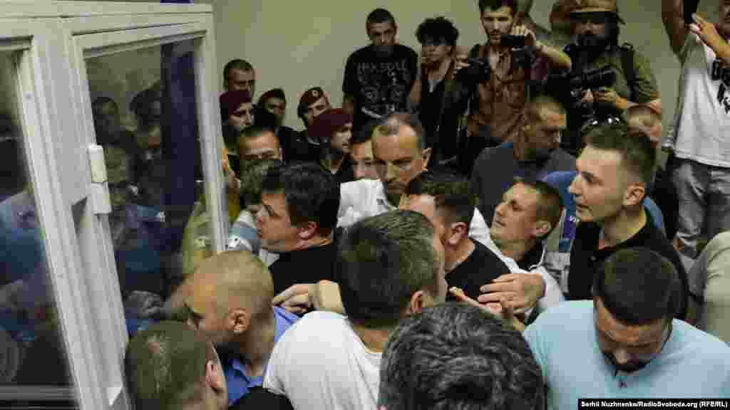 Після оголошення суддею запобіжного заходу (тримання під вартою терміном 60 днів) у залі сталася штовханина між депутатами, активістами та охороною. Після цього депутати і присутні активісти заблокували камеру із затриманим