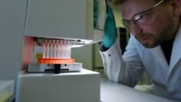 Работа над вакциной против COVID-19 в лаборатории немецкой компании CureVac, Тюбинген