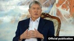 Gyrgyzystanyň prezidenti Almazbek Atambaýew.