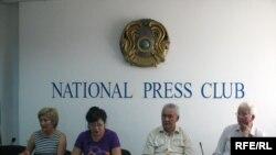Раушан Есергепова, Розлана Таукина, Утеген Ихсанов, Владимир Воевод проводят пресс-конференцию в защиту осужденного Рамазана Есергепова. Алматы, 11 августа 2009 года.
