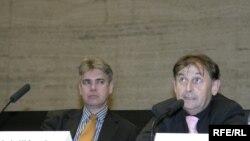 Michael Guest (stg.) la o conferință la Praga
