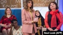 Мелания Трамп вручает награду за мужество Айман Умаровой из Казахстана
