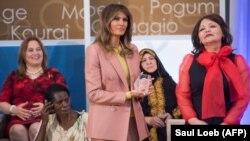 Первая леди США Мелания Трамп вручает Международную женскую премию за мужество в 2018 году юристу Айман Умаровой из Казахстана. Вашингтон, 23 марта 2018 года.