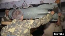 Российские военные в Сирии крепят снаряд у истребителя Су-25