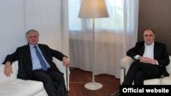 France - Foreign Ministers Edward Nalbandian (L) of Armenia and Elmar Mammadyarov of Azerbaijan, meet in Paris, 26June, 2009.