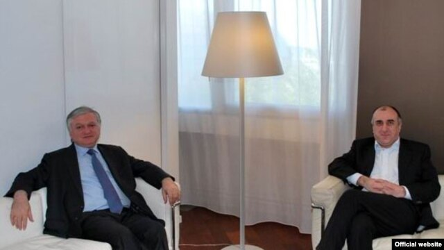 France - Edward Nalbandian (L), Foreign Minister of Armenia, and Elmar Mammadyarov, Foreign Minister of Azerbaijan, meet in Paris, 26June, 2009