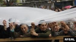 Оппозиции удалось в четверг вывести людей на улицы Тбилиси, несмотря на дождь