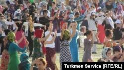 Репетиции к празднованию Дня независимости, так называеме маршировки при участии госслужащих и студентов, Ашхабад (архивное фото)
