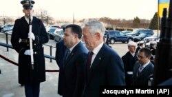 Ілюстративне фото. Міністр оборони України Степан Полторак та міністр оборони США Джим Меттіс у Пентагоні, 2 лютого 2018 року