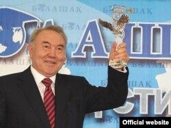 Қазақстан президенті Нұрсұлтан Назарбаев «Болашақ» бағдарламасы стипендиаттарының форумында. Астана, қаңтар 2008 ж.