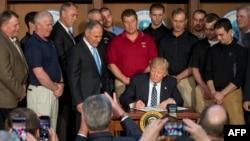دونالد ترامپ رئیس جمهوری آمریکا هنگام لغو قوانین محیط زیستی دولت باراک اوباما