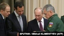 یکی از عکسهای منتشرشده از این دیدار؛ پوتین و اسد در کنار وزیر دفاع روسیه (سمت راست)