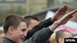 Чересчур знакомый жест, даже несмотря на то, что руки протянуты в направлении памятника Кириллу и Мефодию