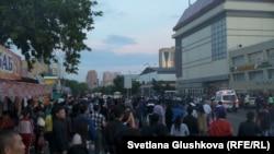Люди столпились перед рынком у здания торгового дома «Артем» в Астане, 16 июня 2015 года.
