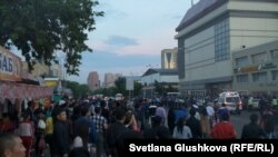 "Скопление людей у рынка ""Астаналык"". Астана, 16 июня 2015 года."