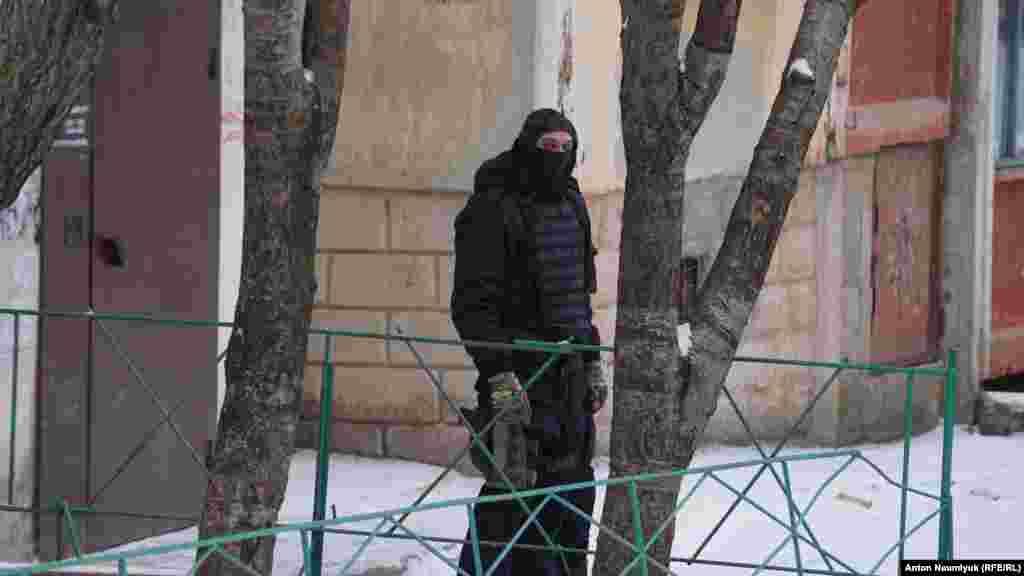 Emil Kürbedinov «Hizb ut-Tahrir davasınıñ» bir qaç mabusı, em de Qırım jurnalisti Nikolay Semenanıñ advokatı ola