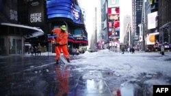 В Нью-Йорке чистят Times Square от снега.