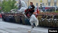 Министр внутренних дел Чечни Руслан Алкханов приветствует участников парада 9 мая в Грозном