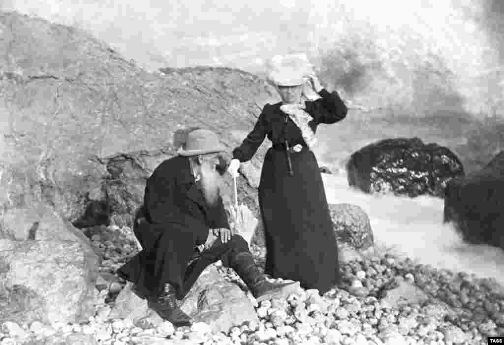 Писатель Лев Толстой со своей женой Софьей на отдыхе в Мисхоре, 1901 год