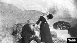 Lev Tolstoy arvadı Sofiya ilə Krımda yay istirahətində, 1901