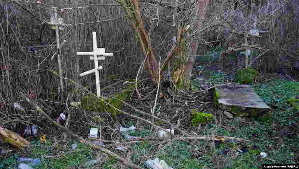 Куда более удручающая картина на старом городском кладбище под самими Петровскими скалами. Последние захоронения там датированы началом 60-х годов прошлого столетия