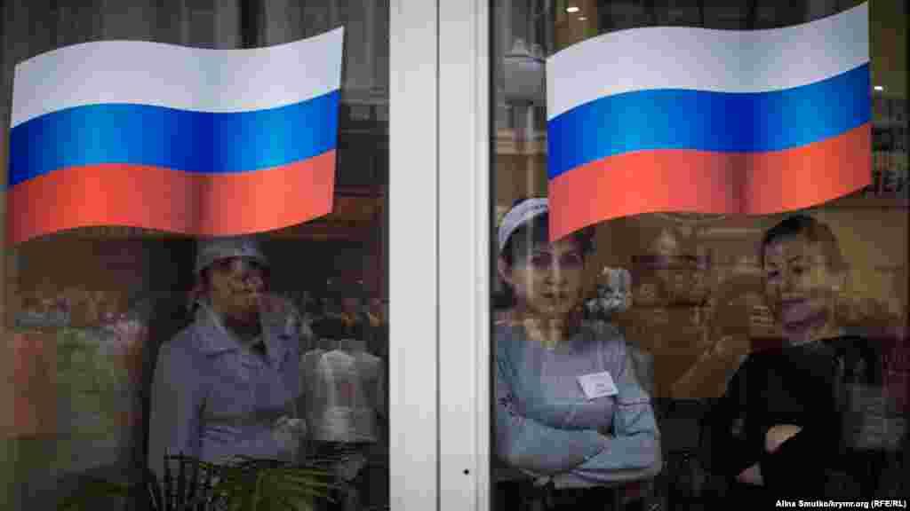 Работники пельменной на улице Екатерининской смотрят на митинг