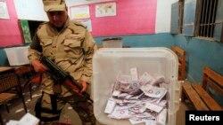 Египетский солдат следит за сохранностью избирательных бюллетеней. Каир, 15 января 2014 года.
