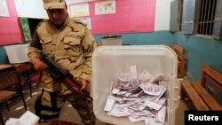 Әскери адам бюллетень салынған жәшікті күзетіп тұр. Каир, 15 желтоқсан 2014 жыл.