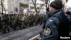 Оңшыл топтардың Украина Ұлттық банкі алдында өткізген маршы. Киев, 25 ақпан 2015 жыл.