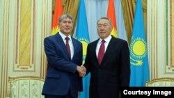 Президент Казахстана Нурсултан Назарбаев и президент Кыргызстана Алмазбек Атамбаев (слева). Астана, 7 ноября 2014 года.
