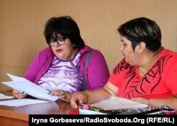 Марина Пугачева (слева) консультирует граждан