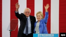 Hillary Clinton dhe Bernie Sanders