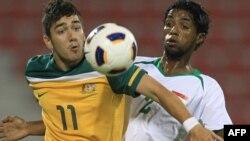 لاعب المنتخب الأولمبي العراقي فيصل جاسم (يمين) في مباراة مع أستراليا