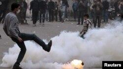 مواجه بين محتجين وقوات الأمن في محيط وزارة الداخية المصرية