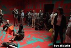Активисты-отпускники в одном из залов российского павильона