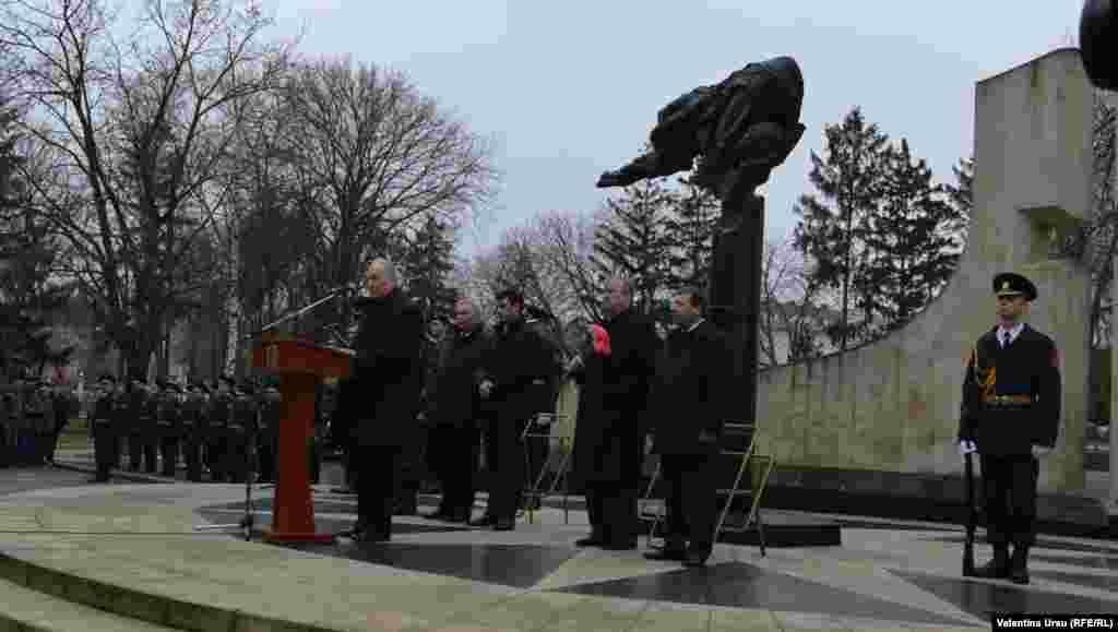Președintele Nicolae Timofti îi omagiază pe cei dispăruți...