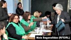Тбилиси шаҳридаги сайлов участкаларидан бири.