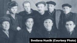 Лев Нетто с другими заключенными Горлага