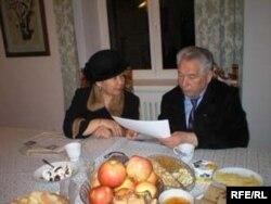 Чыңгыз Айтматов менен Жаркын Суран кызы. Архив.