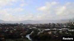 Rijeka Ibar razdvaja Mitrovicu