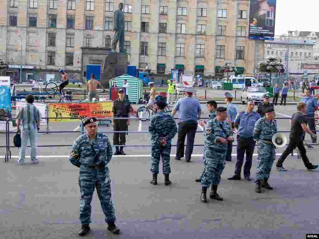 Действительно, на Триумфальной площади несколько человек скакали на горных велосипедах. Ведущий объявлял номера, но вскоре прекратил - его никто не слушал. Толпы журналистов ждали начала несанкционированного митинга