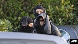 Француз полициясы экстремист деген күдіктіні ұстап әкетіп барады. Корен, 30 наурыз 2012 жыл. (Көрнекі сурет).