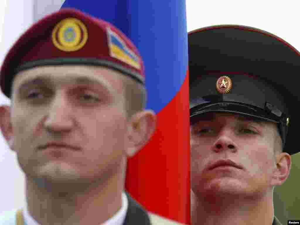 Російський та український солдат