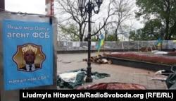 Наметове містечко мітингувальників біля Одеської міськради після нападу. 26 квітня 2016 року