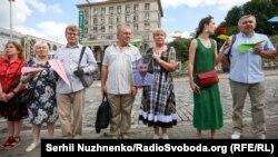 Батьки Валентина Вигівського (по центру) на акції з нагоди дня народження політв'язня