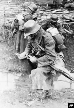 Угорський солдат змиває кров зі свого штик-ножа після збройного протистояння з бійцями Організації народної оборони «Карпатська Січ», які обороняли від угорських окупантів місто Хуст. Карпатська Україна, неподалік Хуста, 16 березня 1939 року
